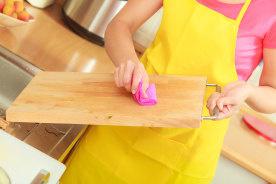雑菌だらけのまな板を使うと食中毒の危険が増える!自炊するなら知っておくべきまな板の正しいお手入れ方法