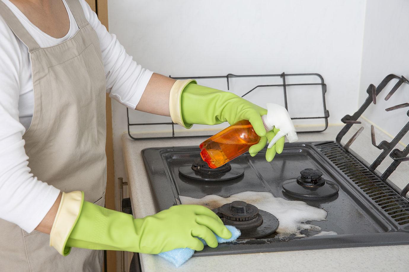 ガスコンロの効率的な掃除の仕方はコレ!一人暮らしでも頑固な油汚れを簡単に落とせる4つのテクニック